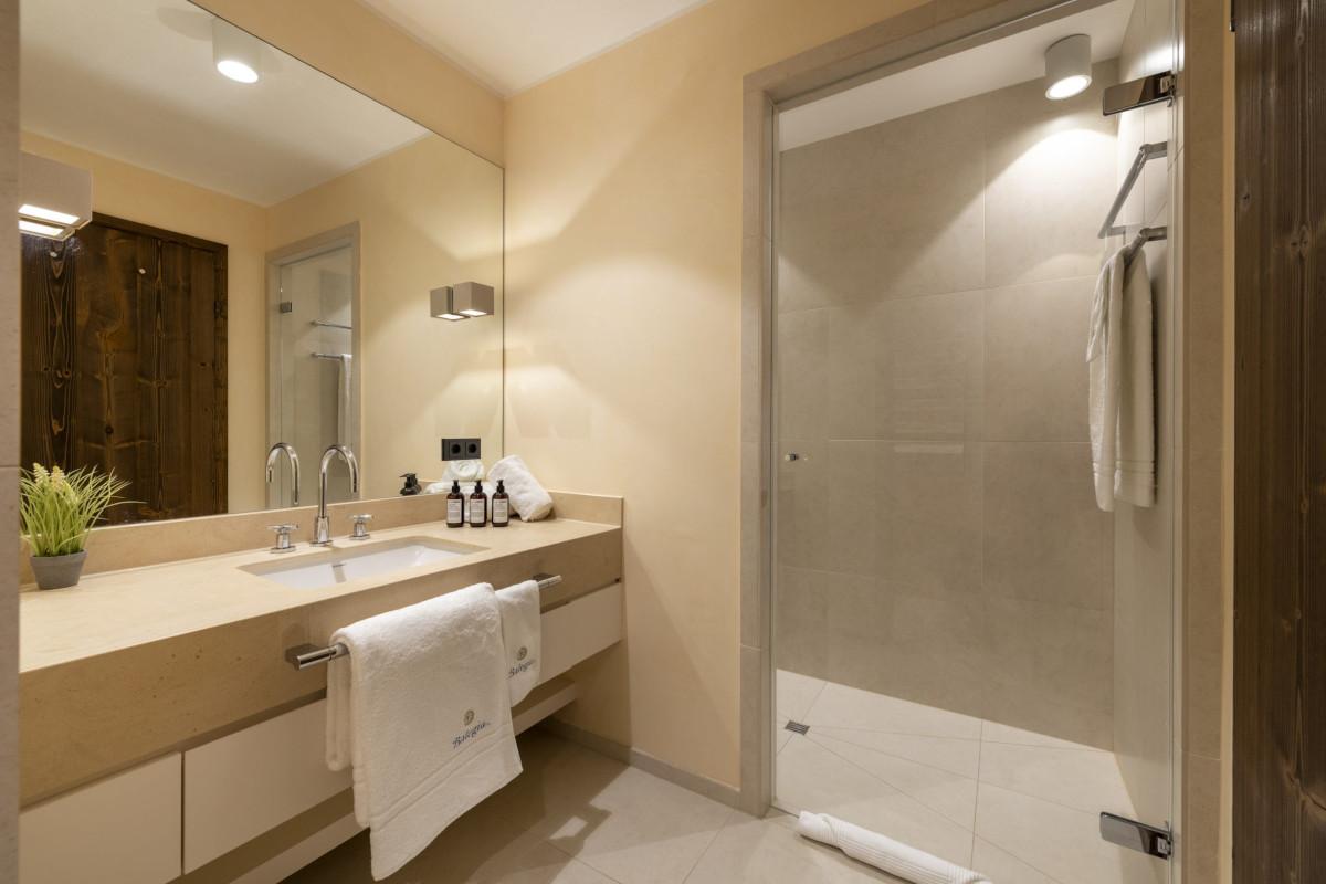 Master bathroom at Apartment Balegia in Lech