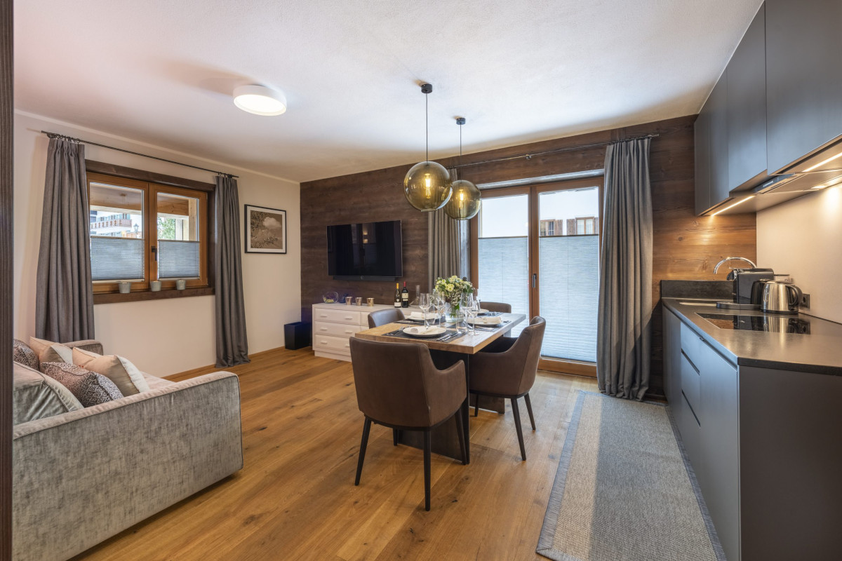 Living room with kitchen at Apartment Balegia in Lech