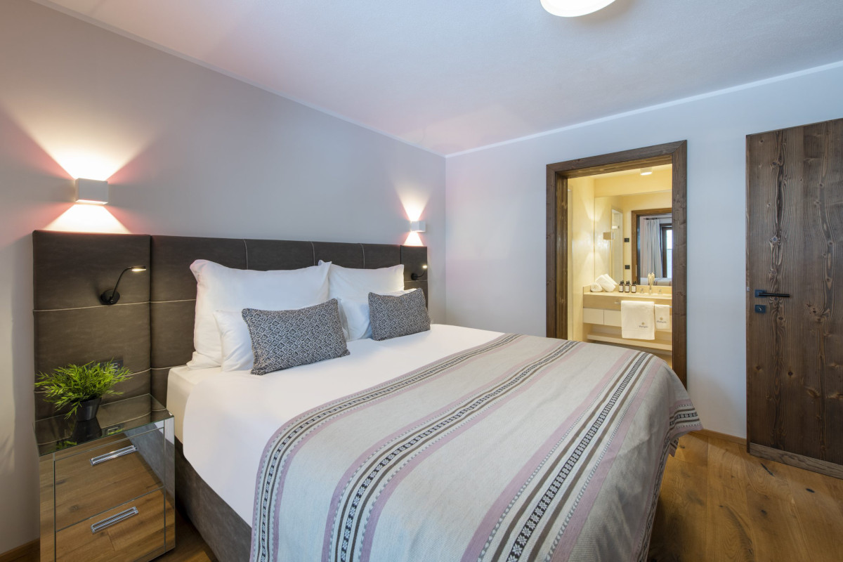 Master bedroom and ensuite at Apartment Balegia in Lech