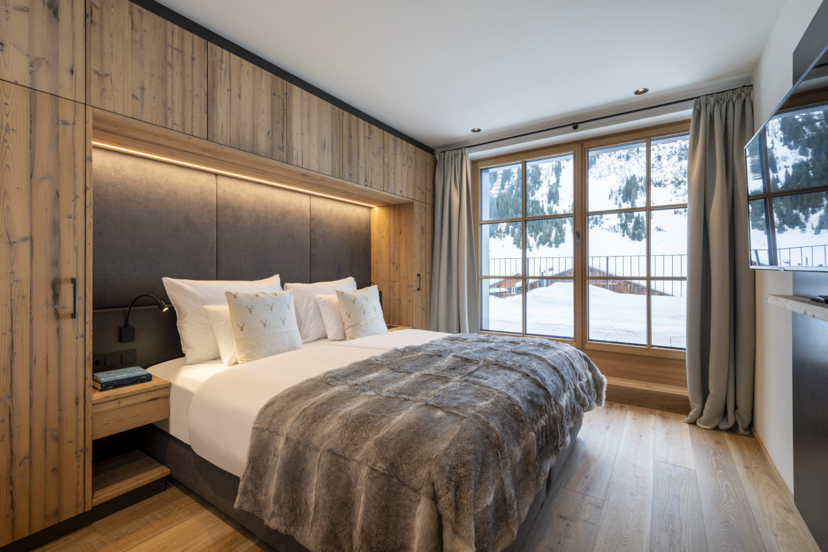 Ensuite double bedroom with mountain views at Apartment Brunnenhof 1 in Lech