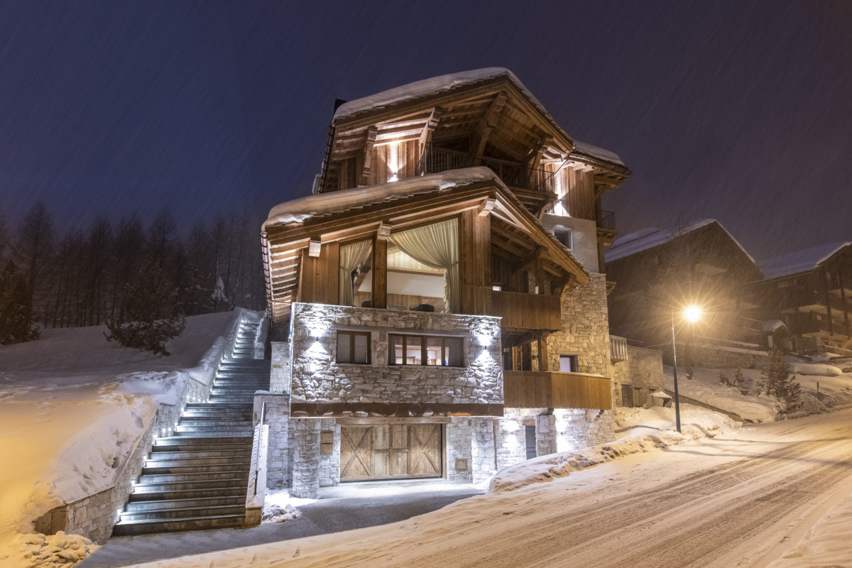 Night time views of Apartment Cala 201 in Val d'Isère sitting next to piste
