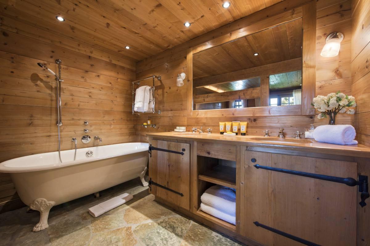 Master bathroom in Chalet Le Ti at Bella Coola Estate in Verbier