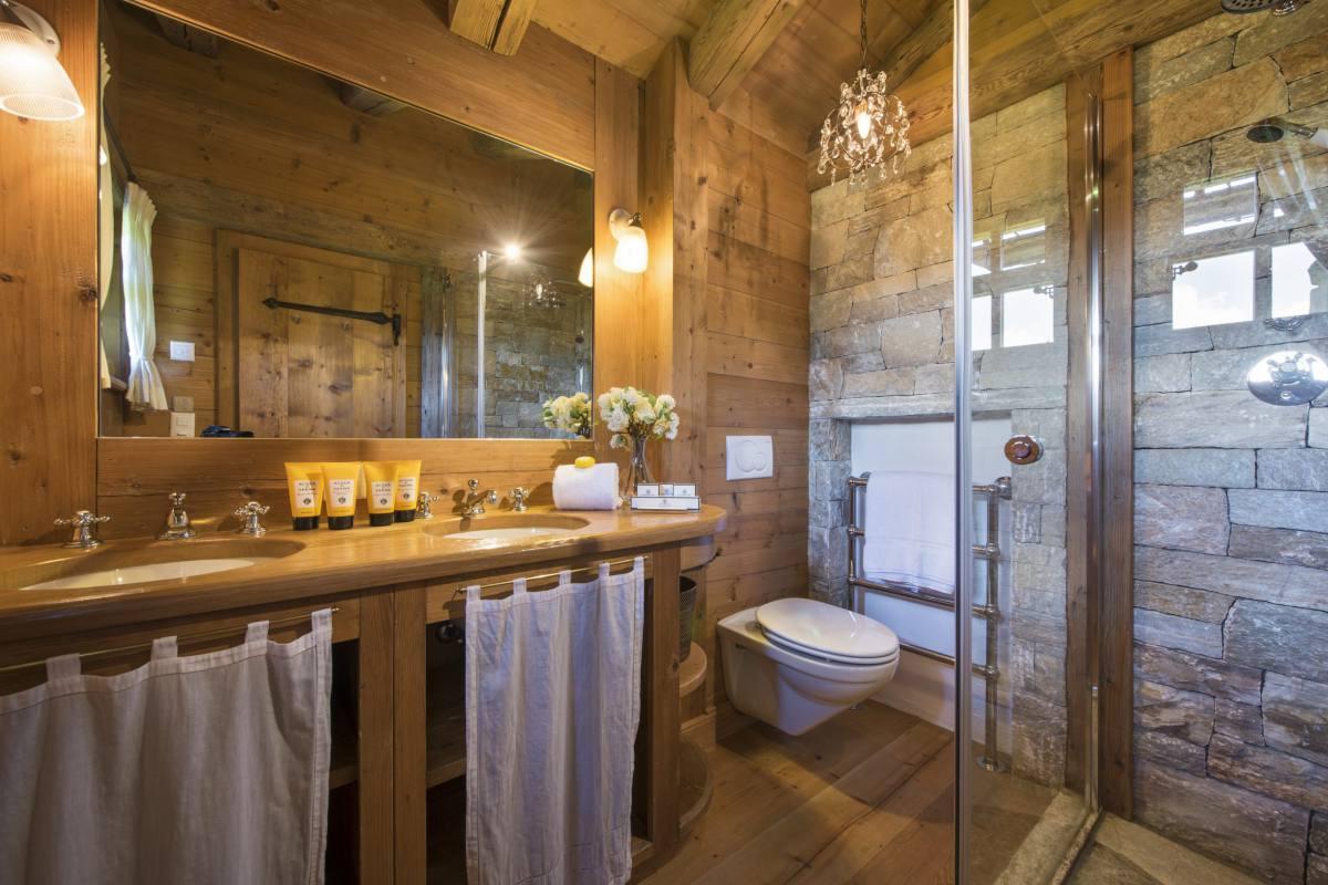 En suite shower room for the quad bunk room at Bella Coola Estate in Verbier