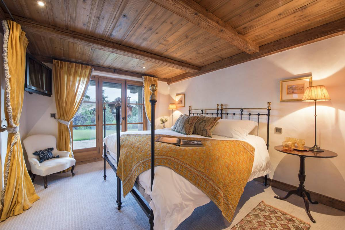 Double bedroom with terrace access at Chalet Bella Coola in Verbier