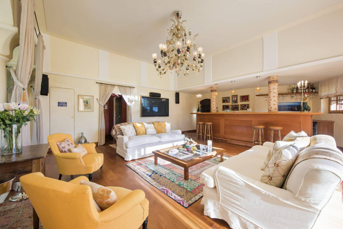 Champagne lounge with comfortable sofas and bar at Chalet Bella Coola in Verbierr