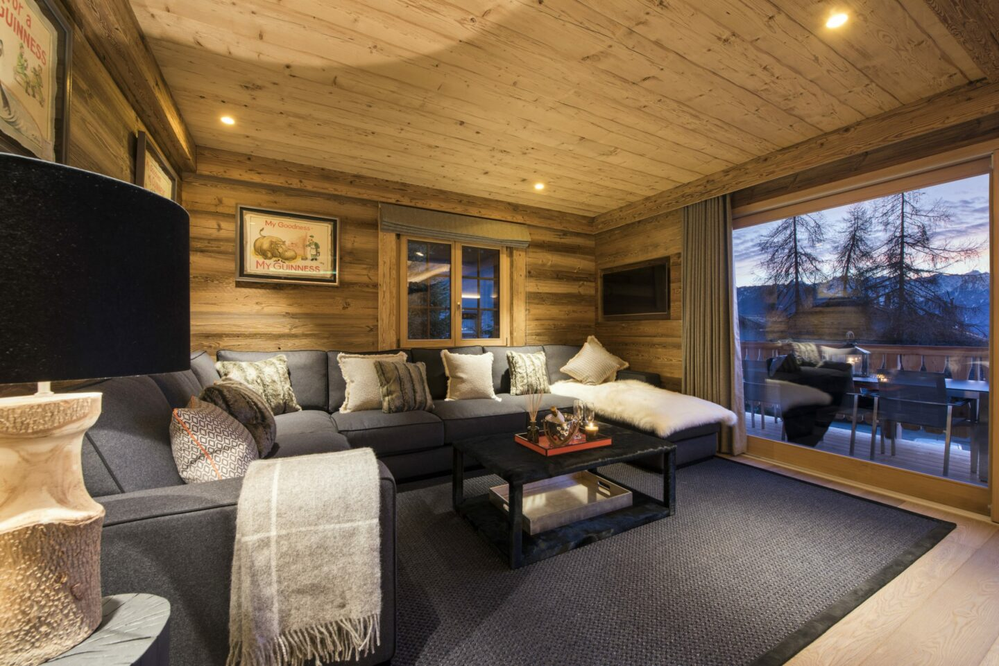 Lounge room with mountain views at Chalet Daphne in Verbier