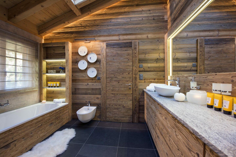 Master bathroom with bath tub at Chalet Daphne in Verbier