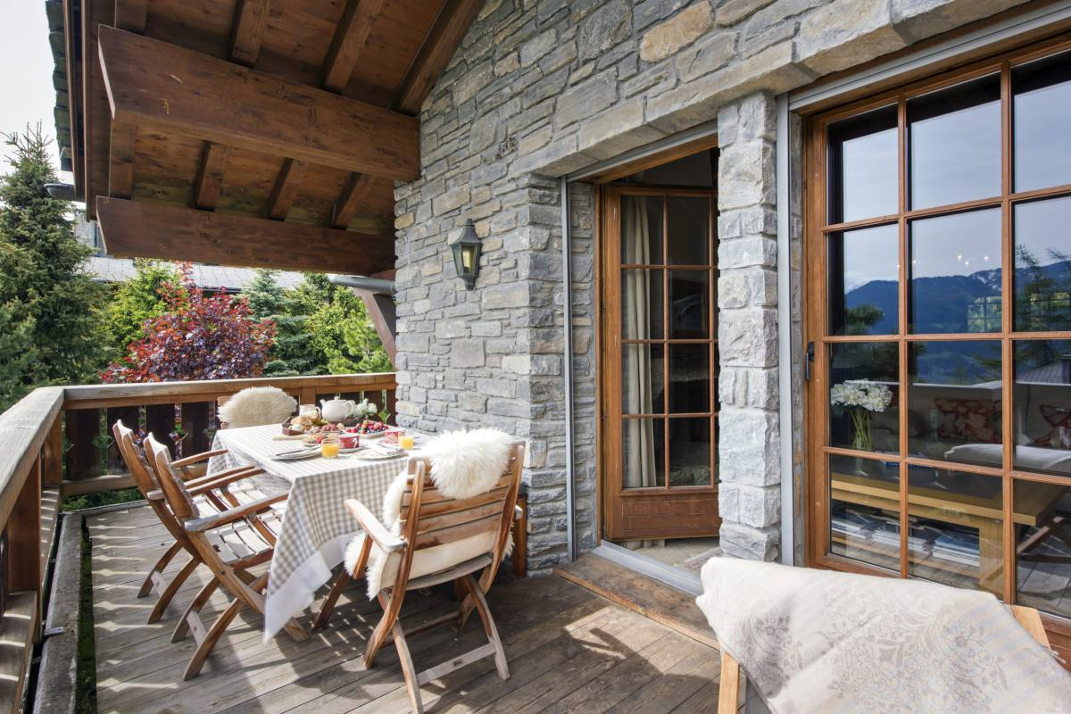 Al fresco dining on balcony at Apartment Ivouette in Verbier