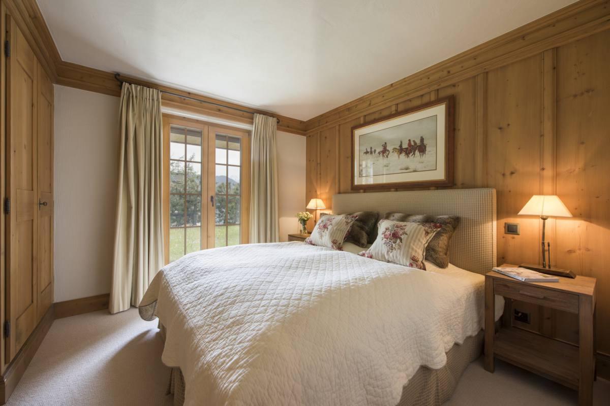 Ground floor double bedroom with garden access at Apartment Ivouette in Verbier