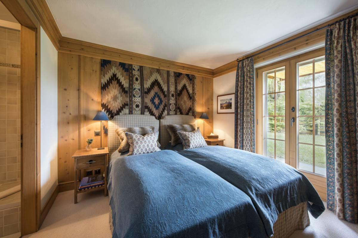 Ground floor double/twin bedroom with garden access at Apartment Ivouette in Verbier