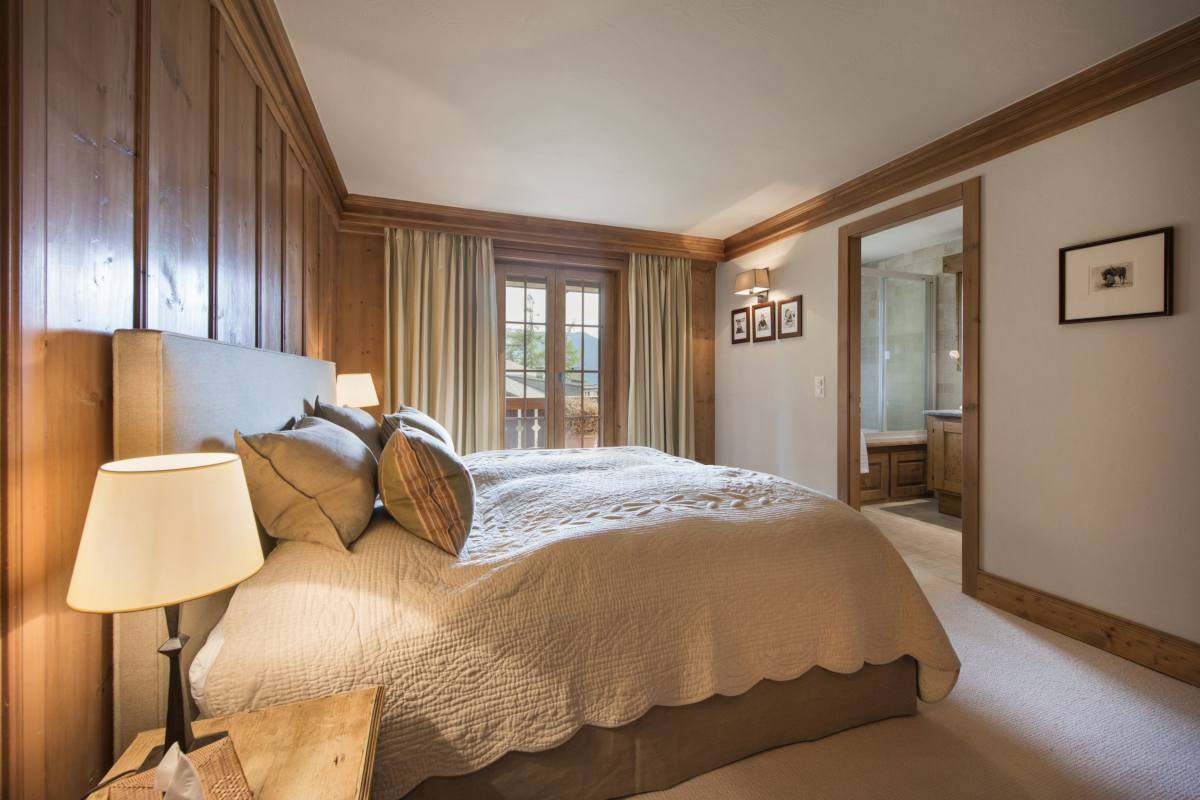 Master bedroom with balcony access at Apartment Ivouette in Verbier