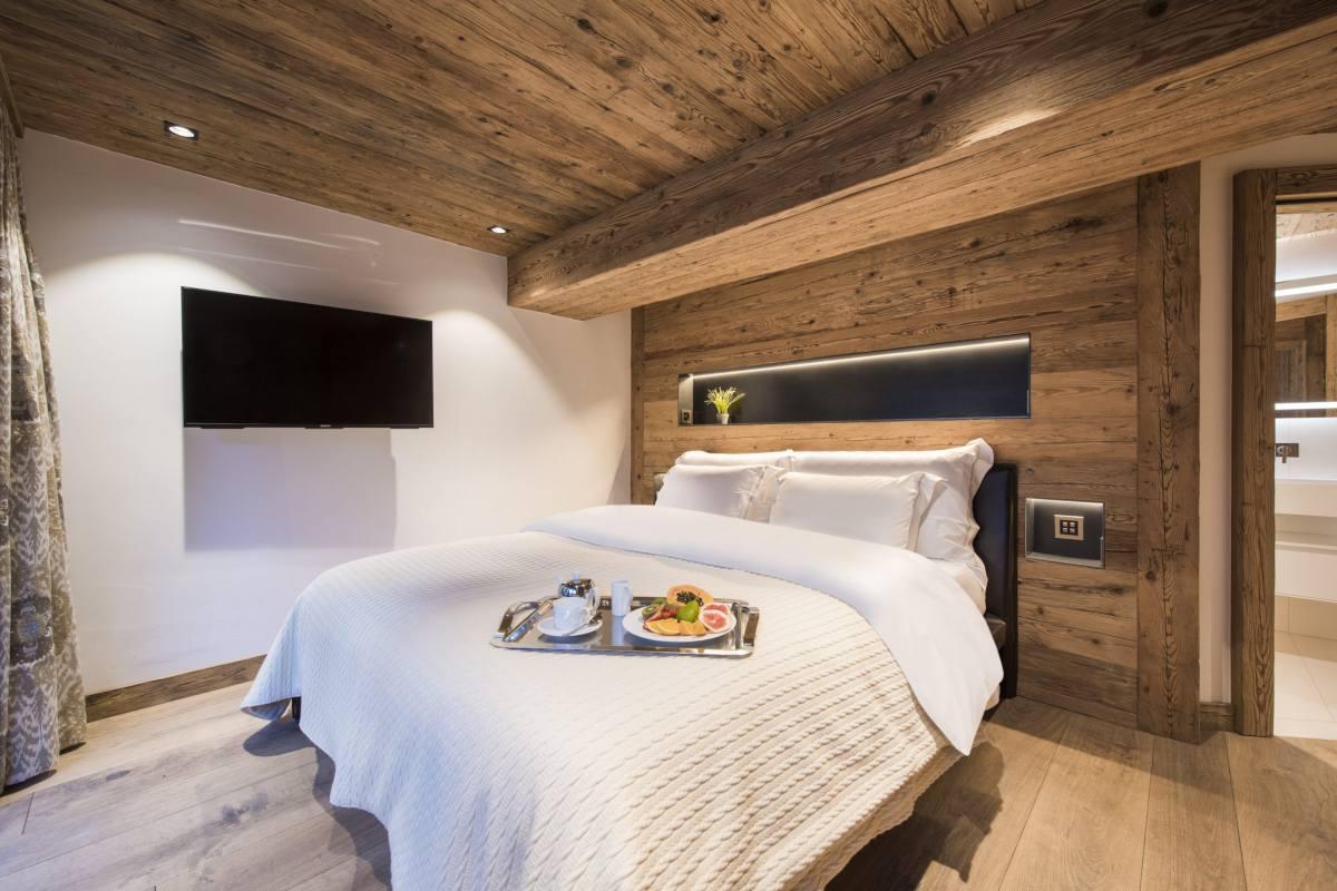 Ground floor double bedroom at Chalet La Datcha in Verbier