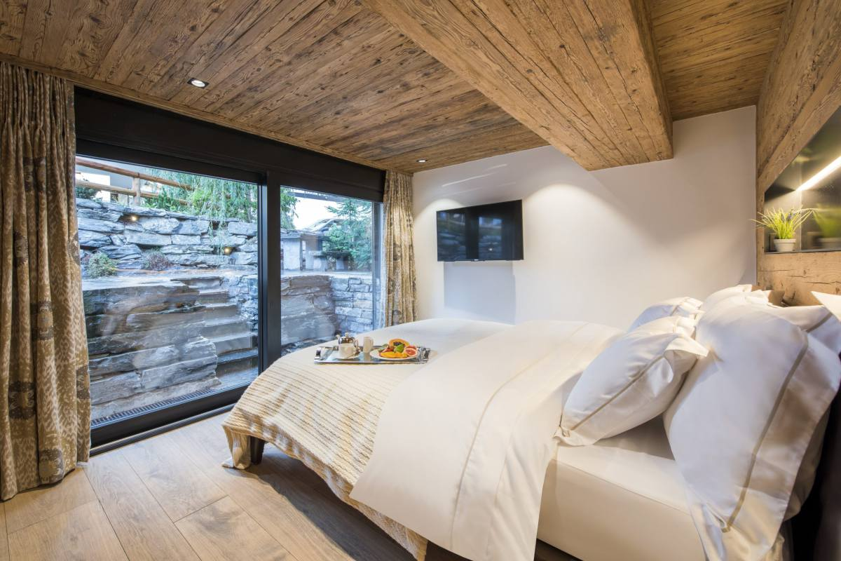 Ground floor double bedroom with terrace access at Chalet La Datcha in Verbier