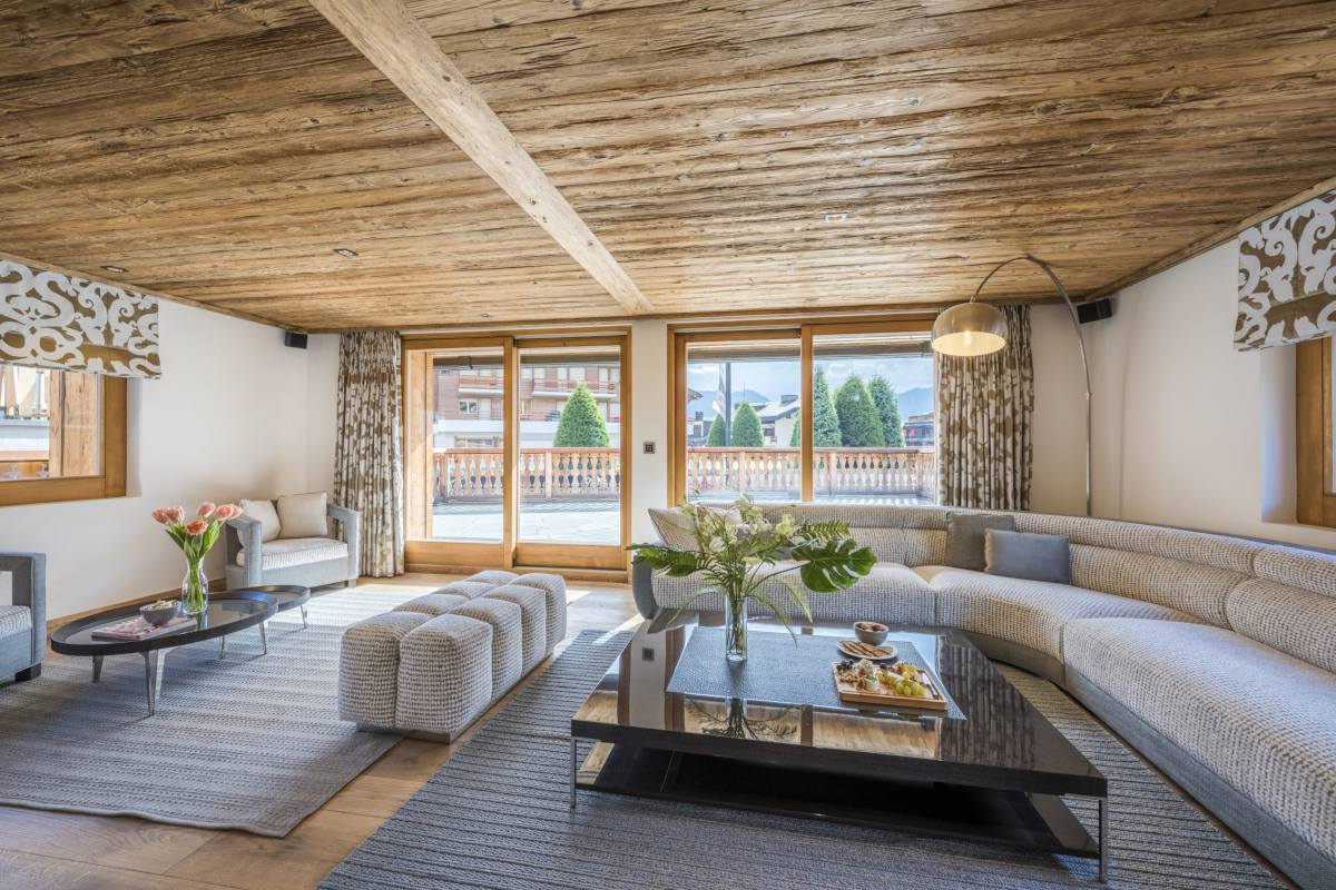 Living room with terrace access at Chalet La Datcha in Verbier