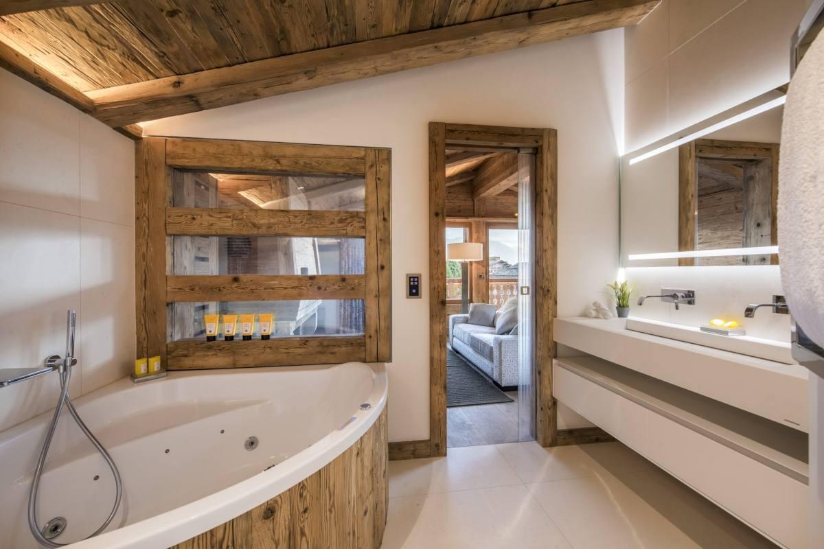 Master bathroom with Jacuzzi bathtub at Chalet La Datcha in Verbier