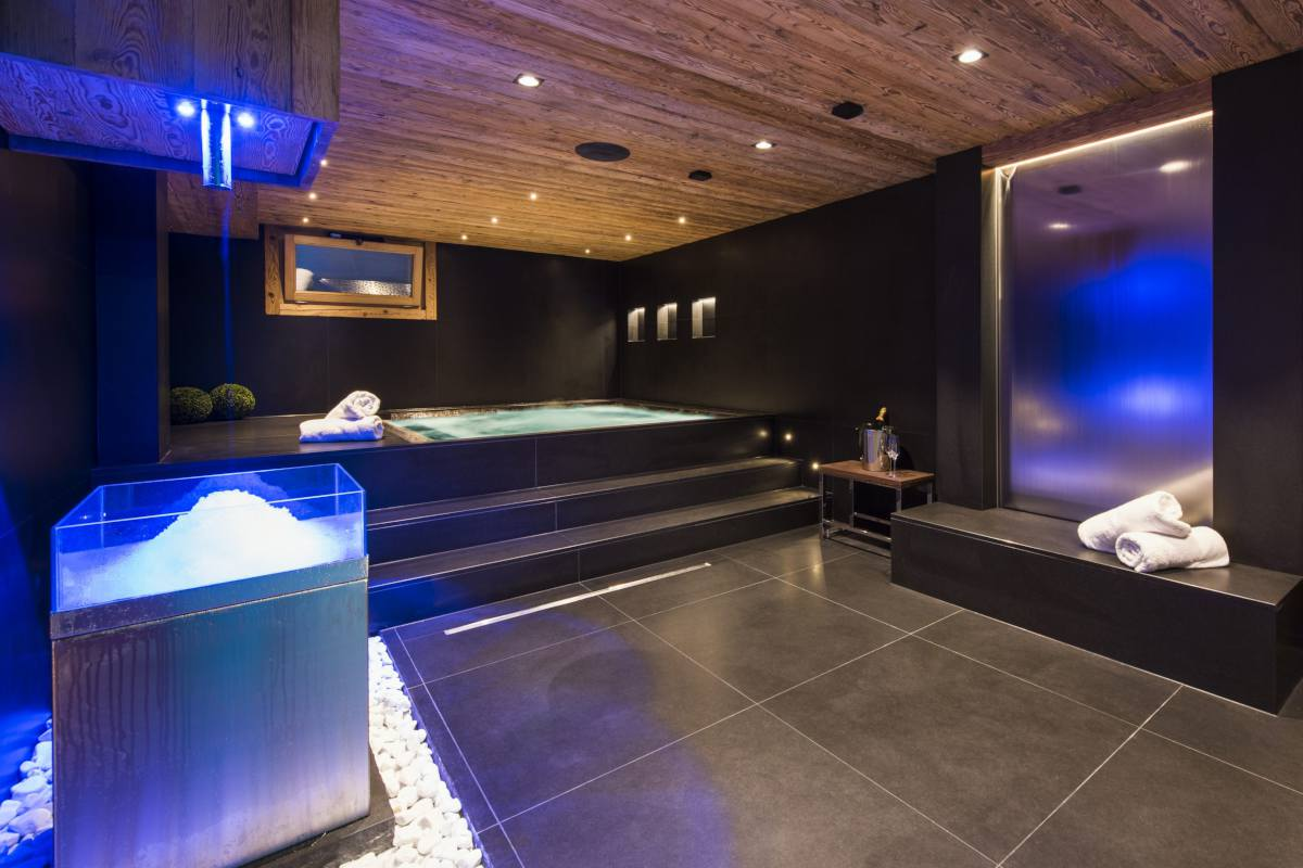 Spa with hot tub, hammam and ice machine at Chalet La Datcha in Verbier