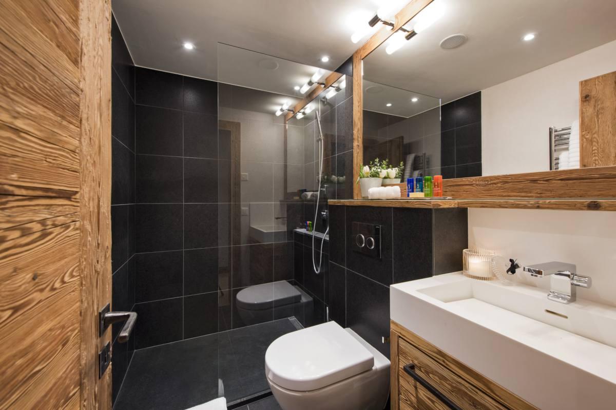 En suite shower room for bunk room at Chalet La Vigne in Verbier