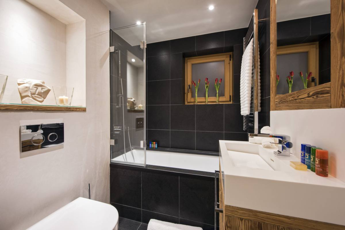 En suite bathroom at Chalet La Vigne in Verbier