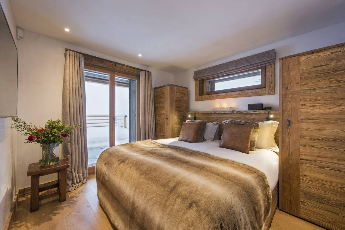 First floor double/twin bedroom with terrace access at Chalet La Vigne in Verbier