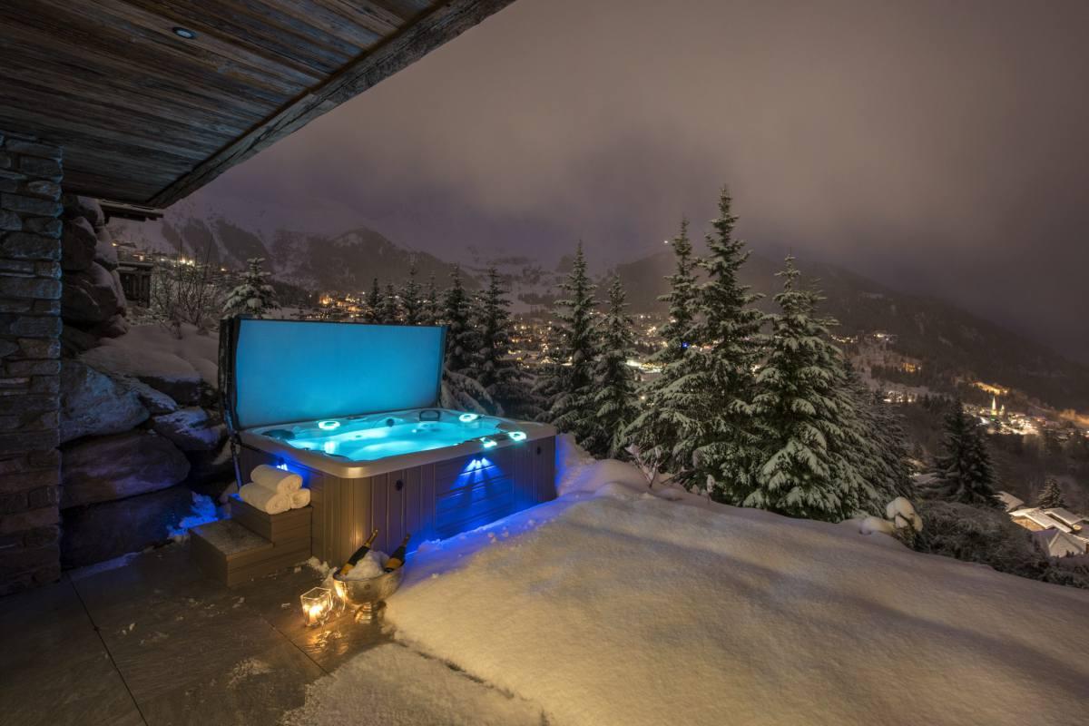 Hot tub in winter at Chalet La Vigne in Verbier