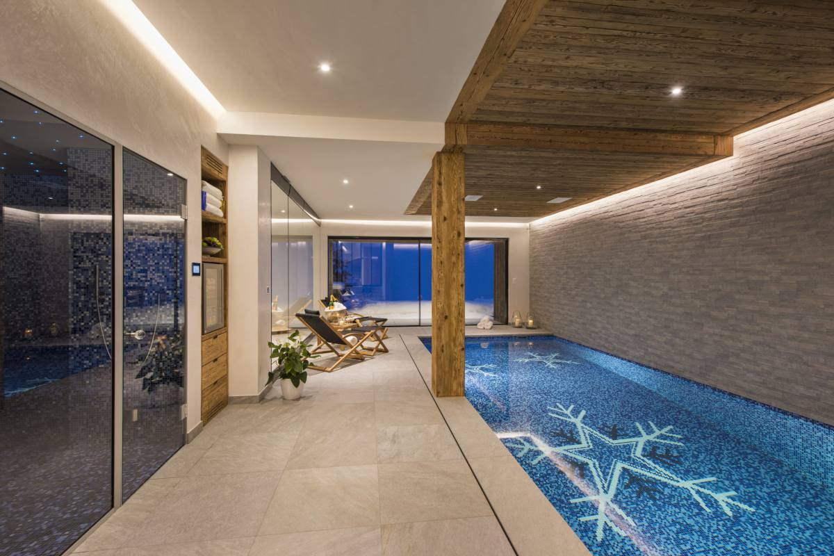 Spa area with swimming pool and hammam at Chalet La Vigne in Verbier