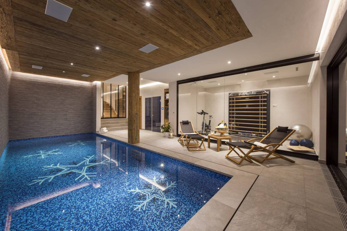 Spa area with indoor swimming pool at Chalet La Vigne in Verbier