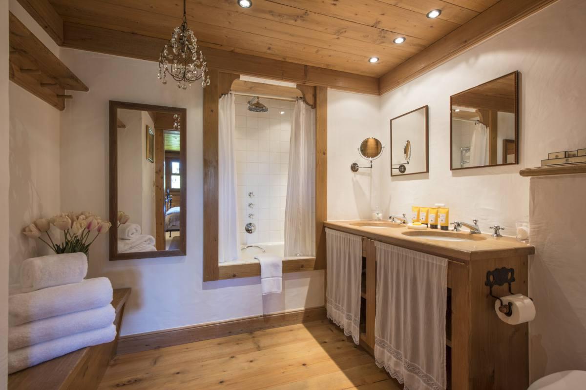 En suite bathroom for double bedroom at Chalet Le Ti in Verbier