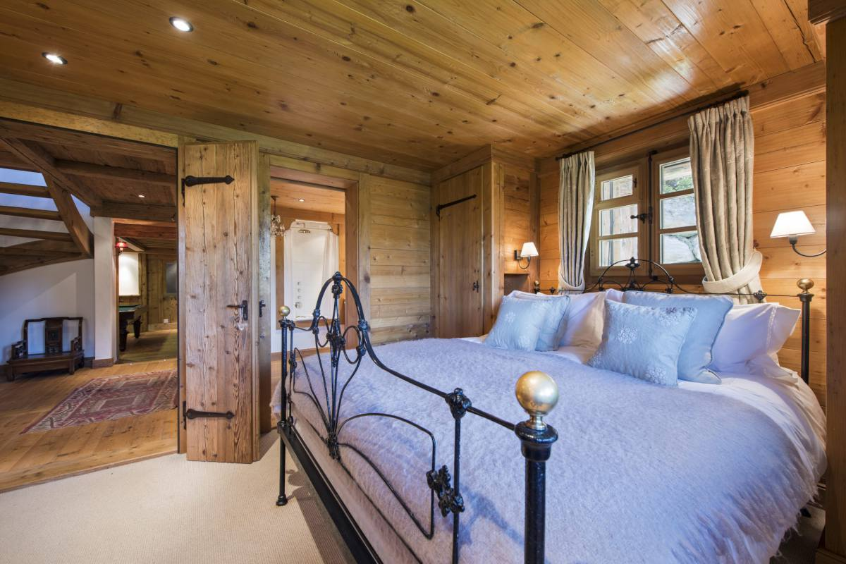 Ground floor double bedroom at Chalet Le Ti in Verbier