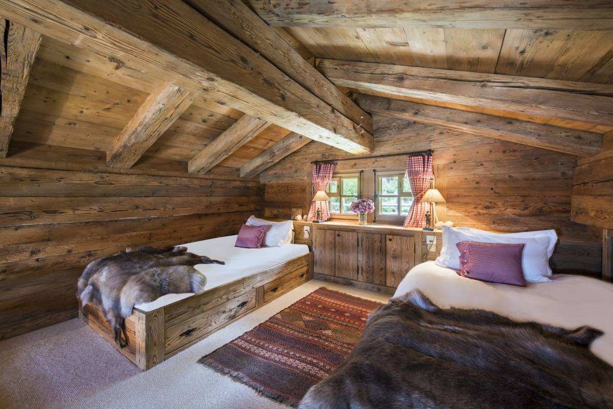 Mezzanine bedroom with two single beds at Chalet Le Ti in Verbier
