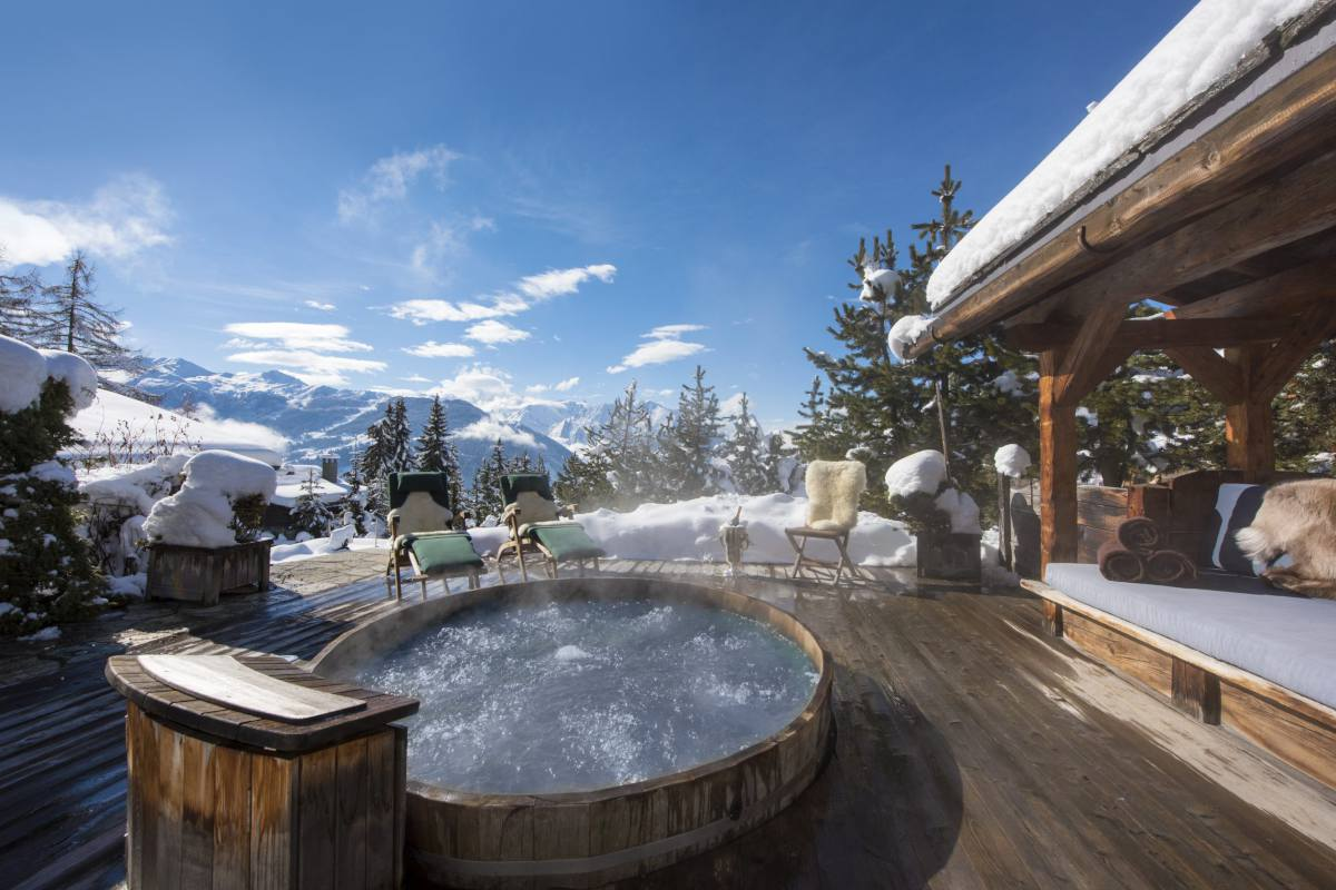 Outdoor hot tub at Chalet Le Ti in Verbier