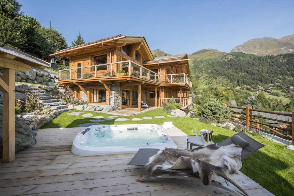 Exterior view and hot tub in summer at Chalet Les Etrennes in Verbier