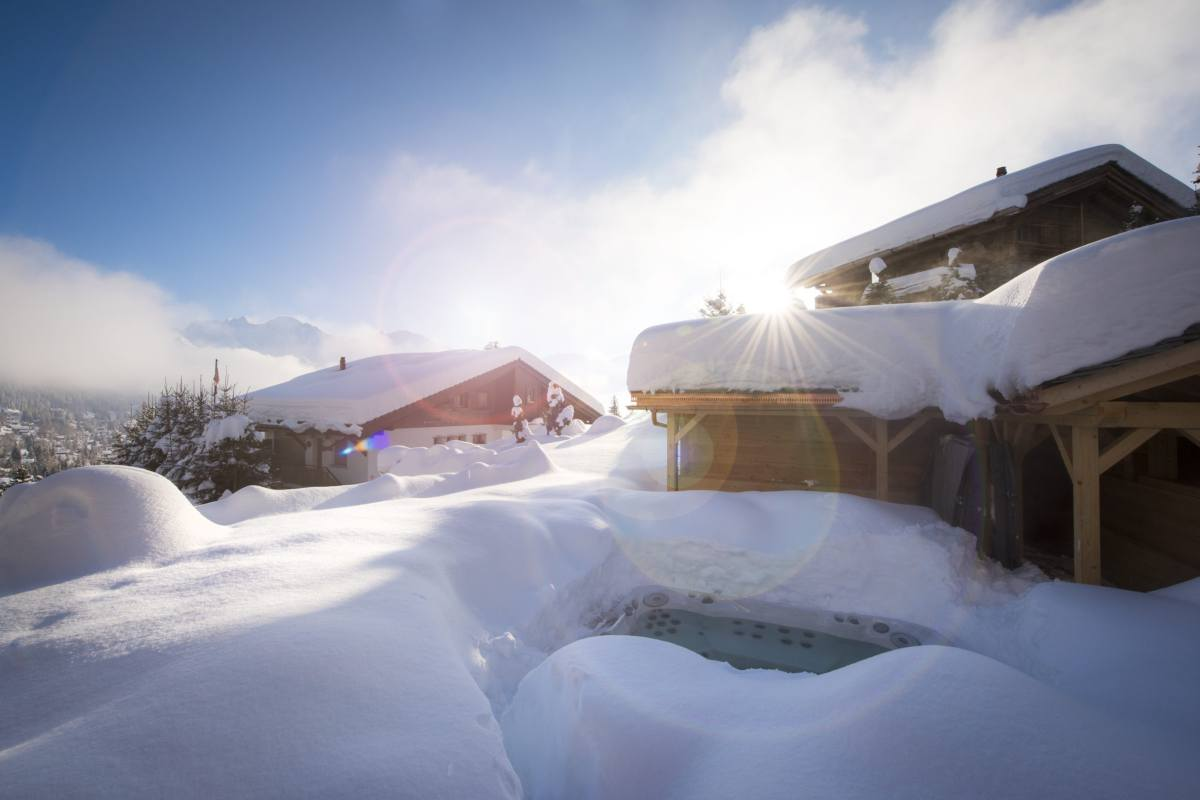 Snow-covered exterior of Chalet Les Etrennes in Verbier