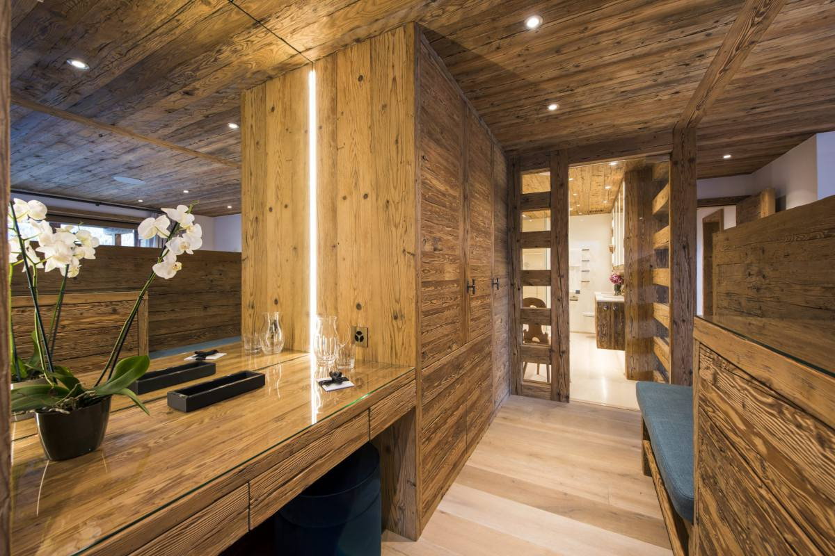 Master bathroom with dressing area at Chalet Les Etrennes in Verbier