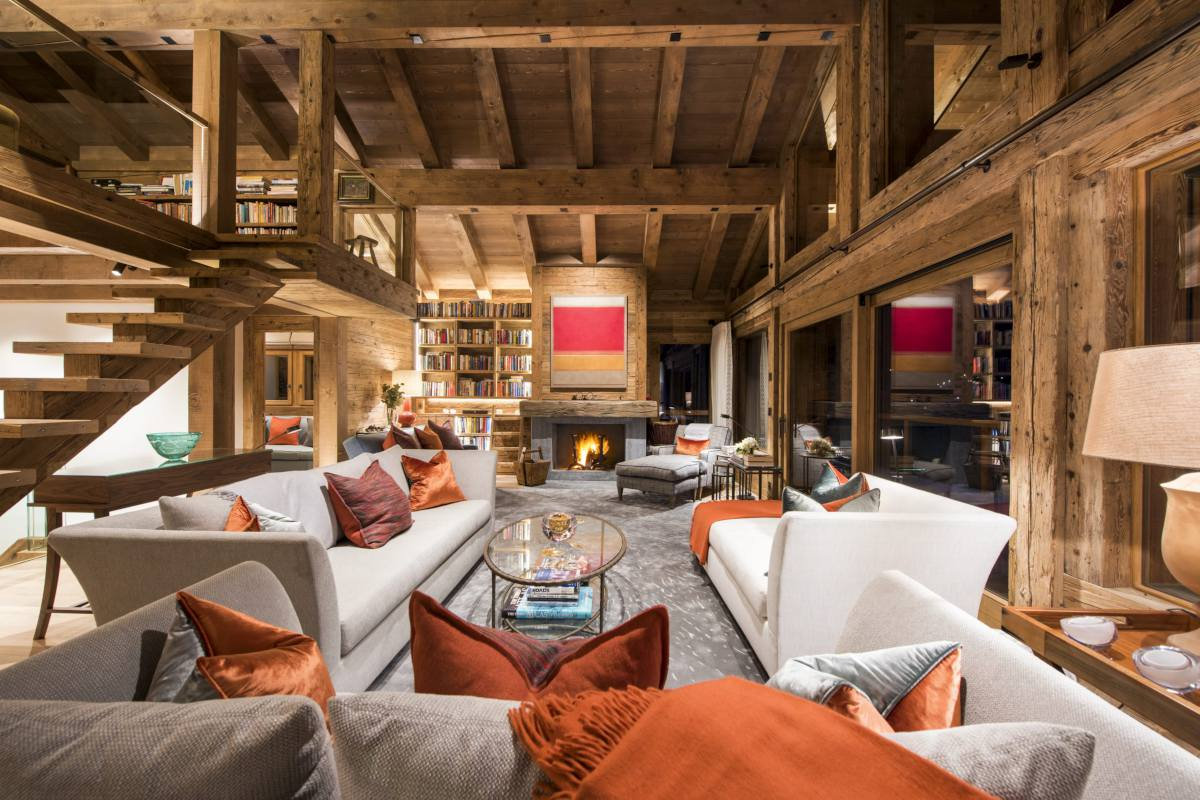Open-plan living at night at Chalet Les Etrennes in Verbier