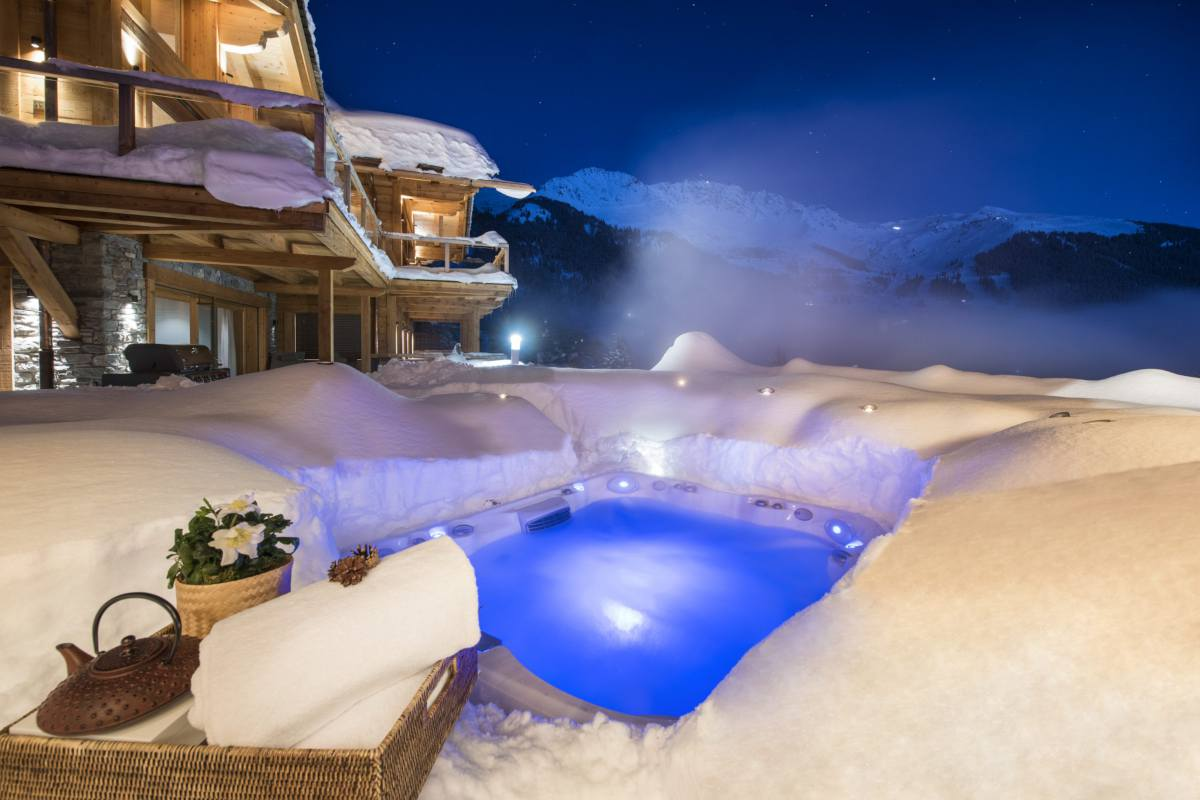 Outdoor hot tub in winter at Chalet Les Etrennes in Verbier