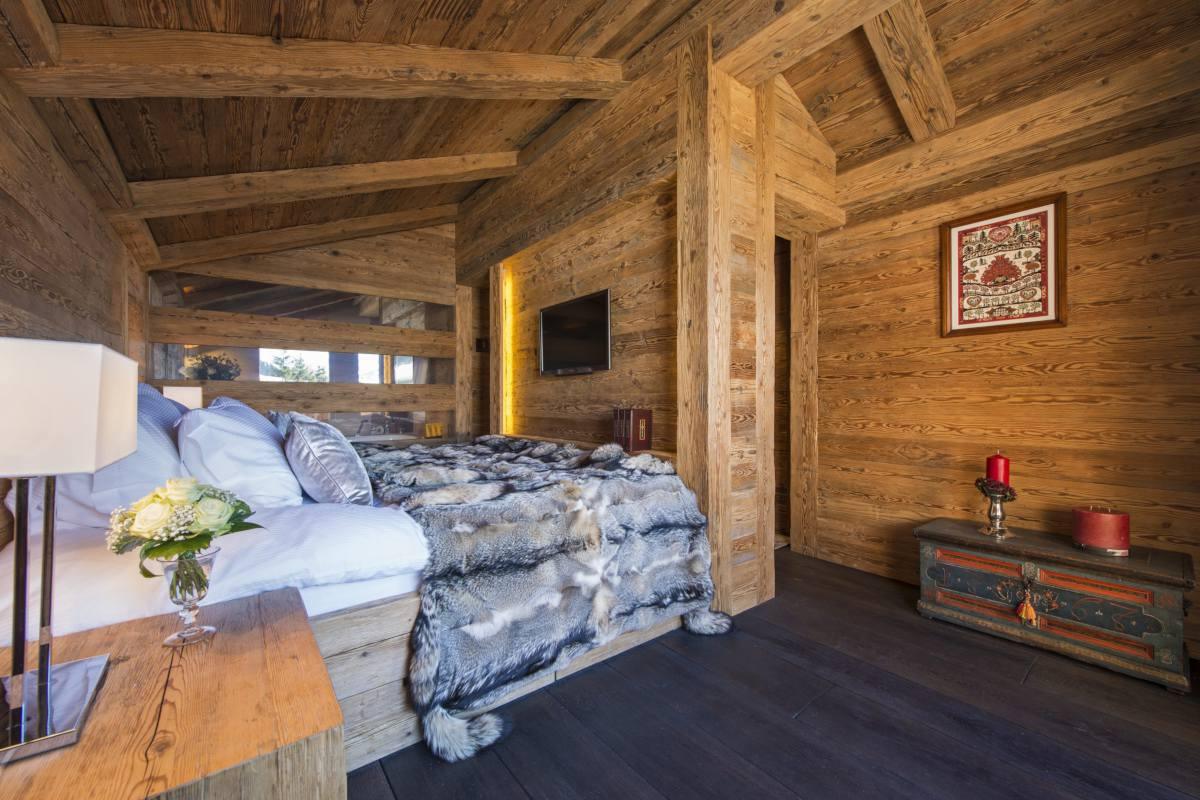 Double bedroom with TV at Chalet Makini in Verbier