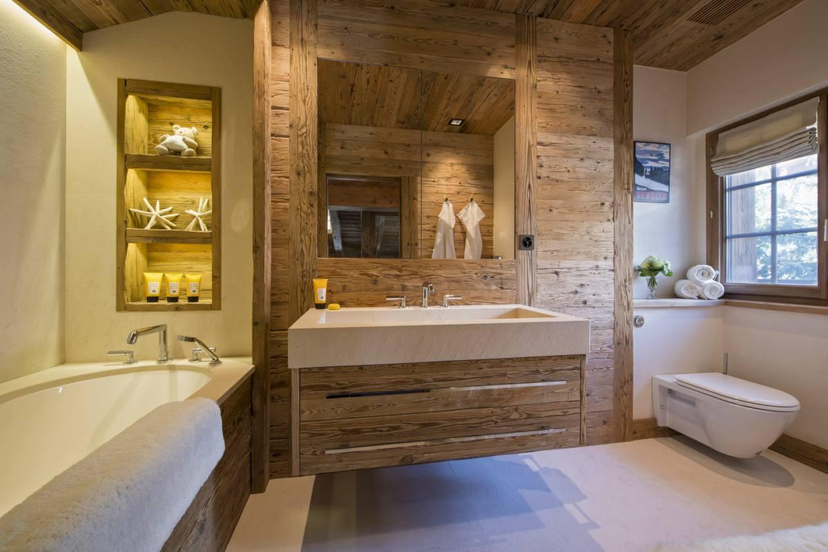 En suite shower room for the triple bedroom at Chalet Makini in Verbier