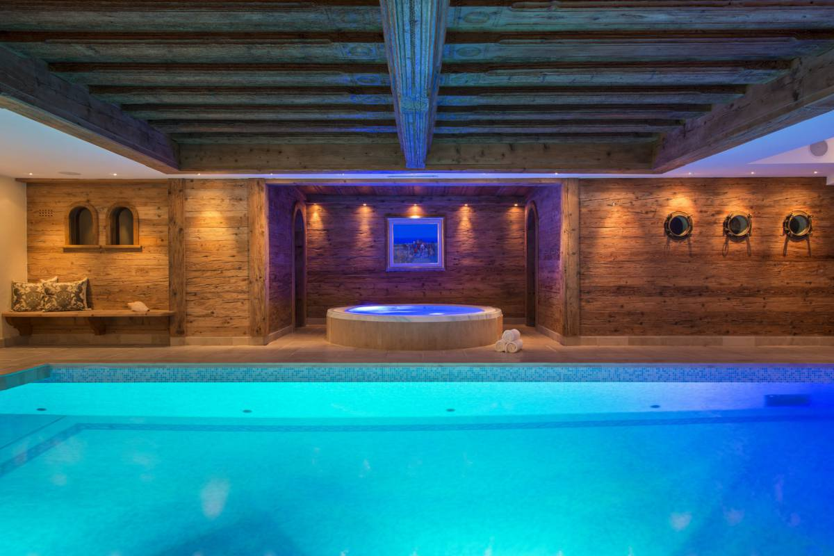 Indoor swimming pool and hot tub at Chalet Makini in Verbier