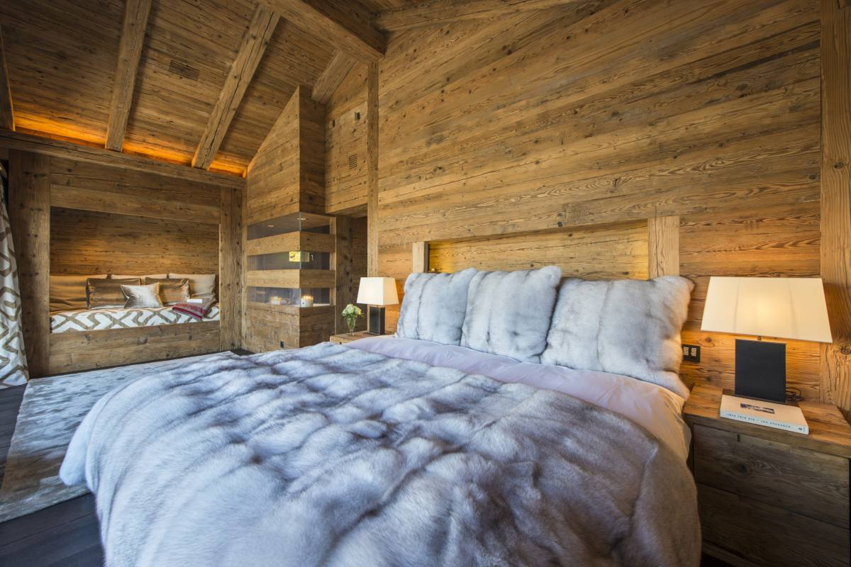 Master bedroom with day bed at Chalet Makini in Verbier