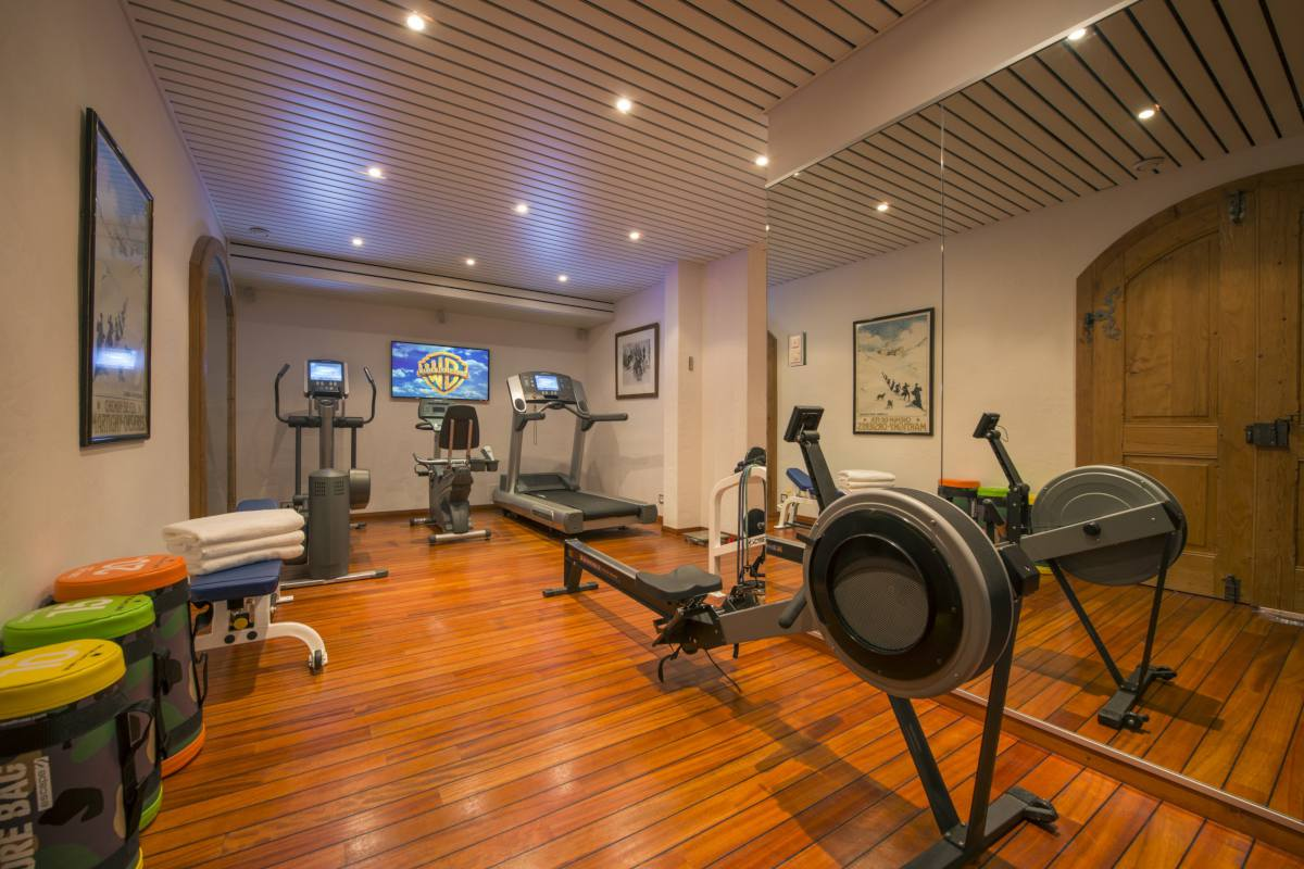 Well-equipped gym at Chalet Makini in Verbier