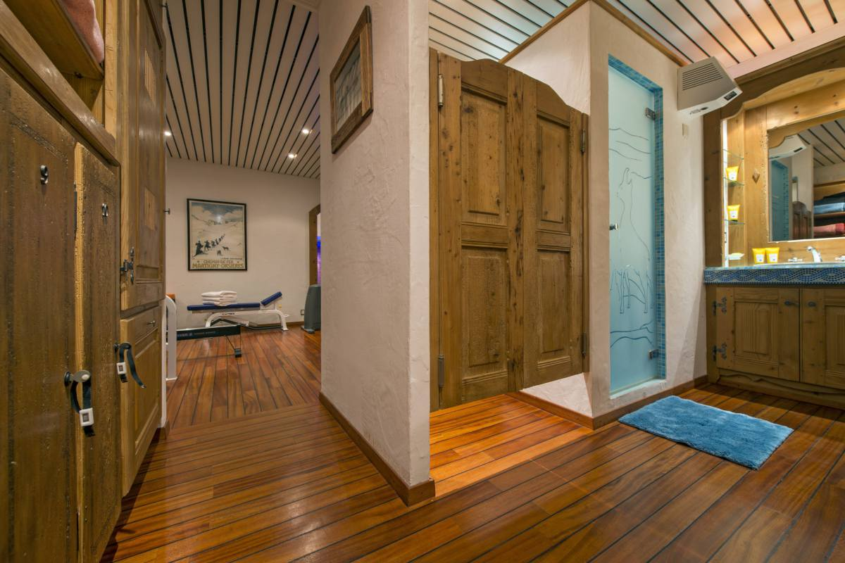 Spa area with shower and massage room at Chalet Makini in Verbier