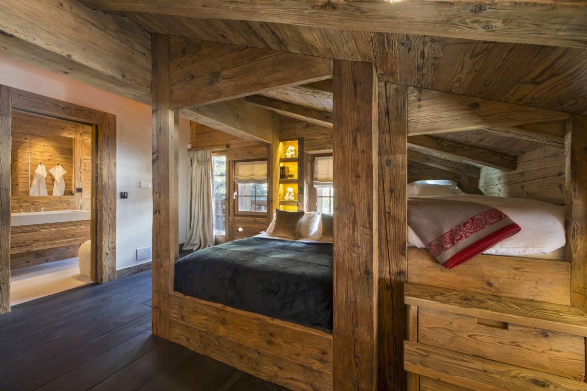 Triple bedroom with en suite bathroom at Chalet Makini in Verbier