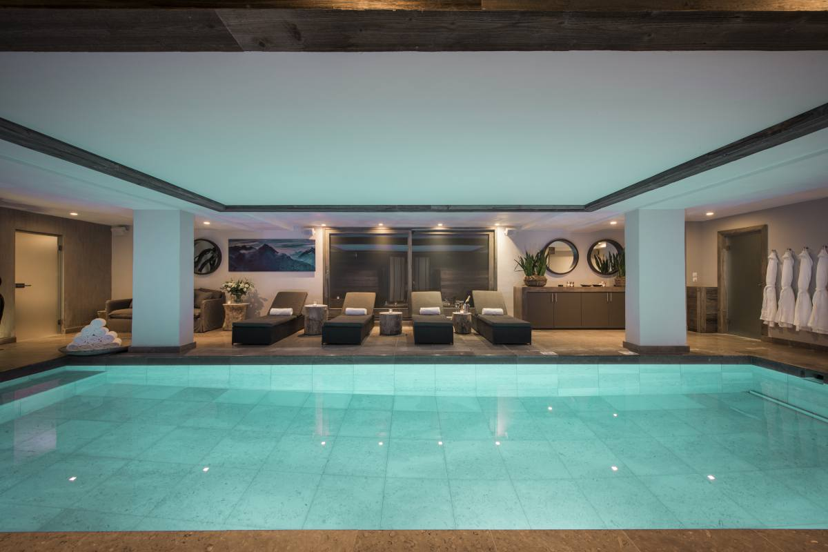 Spa with indoor swimming pool and loungers at No. 14 Verbier