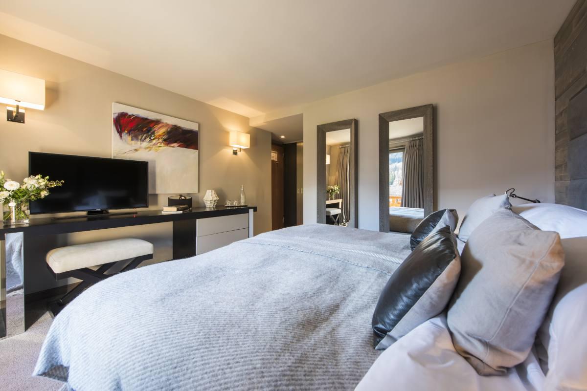 Third floor double/twin bedroom with TV at No. 14 Verbier