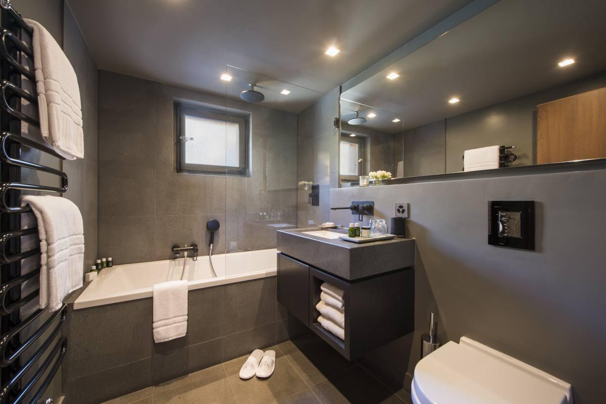 Third floor en suite bathroom at No. 14 Verbier