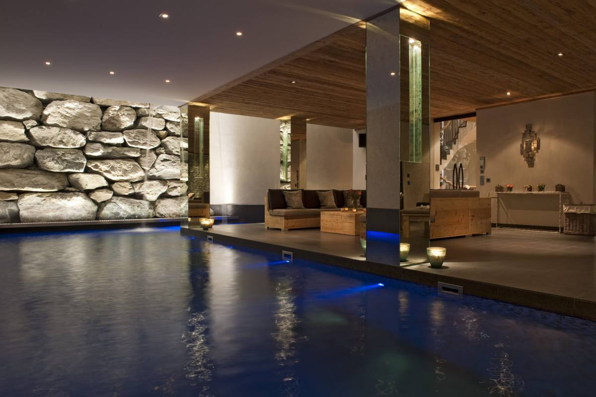 Indoor swimming pool and lounge area at Chalet Norte in Verbier