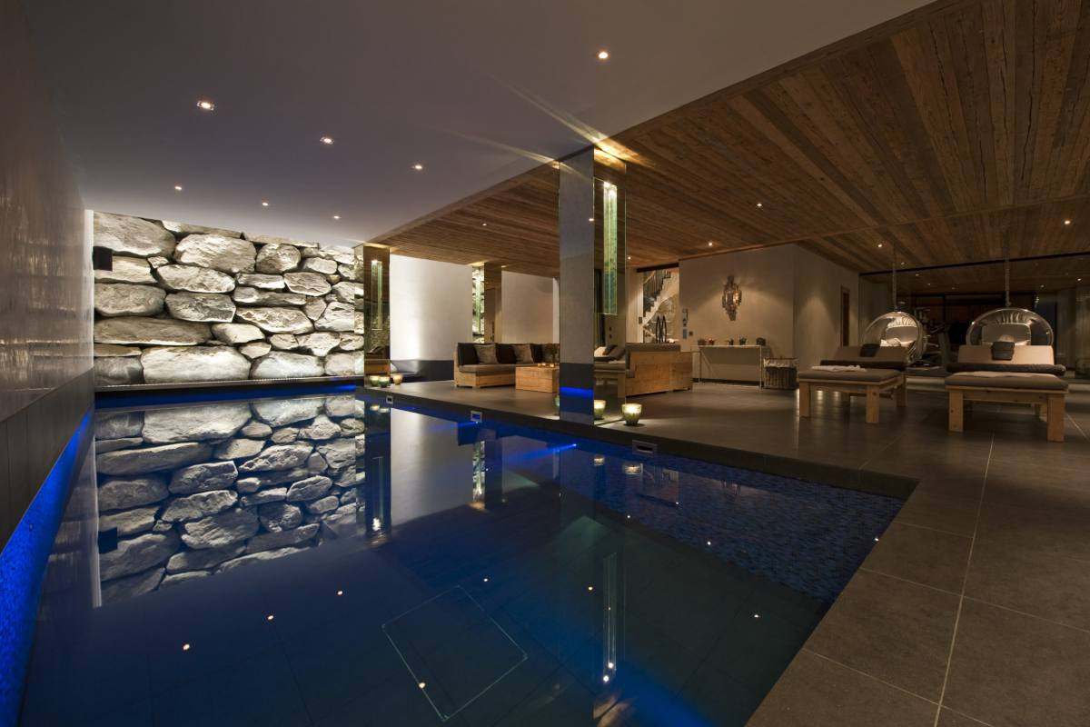 Indoor swimming pool and relaxation lounge at Chalet Norte in Verbier