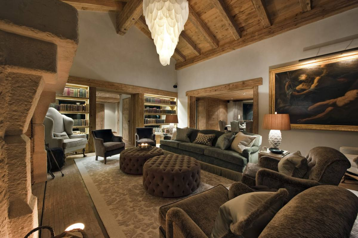 Sitting room with library corner at Chalet Norte in Verbier