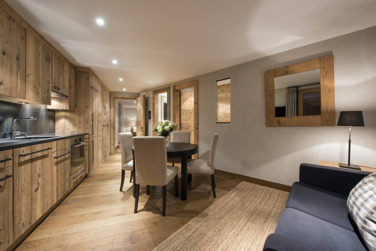Open-plan living area and kitchenette in the small apartment at Chalet Norte in Verbier