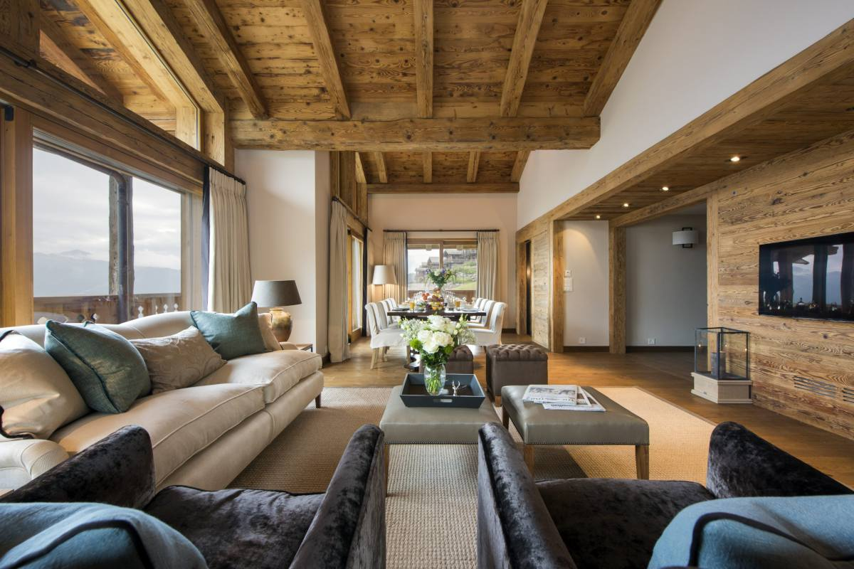 Open-plan living and dining area at Chalet Sirocco in Verbier